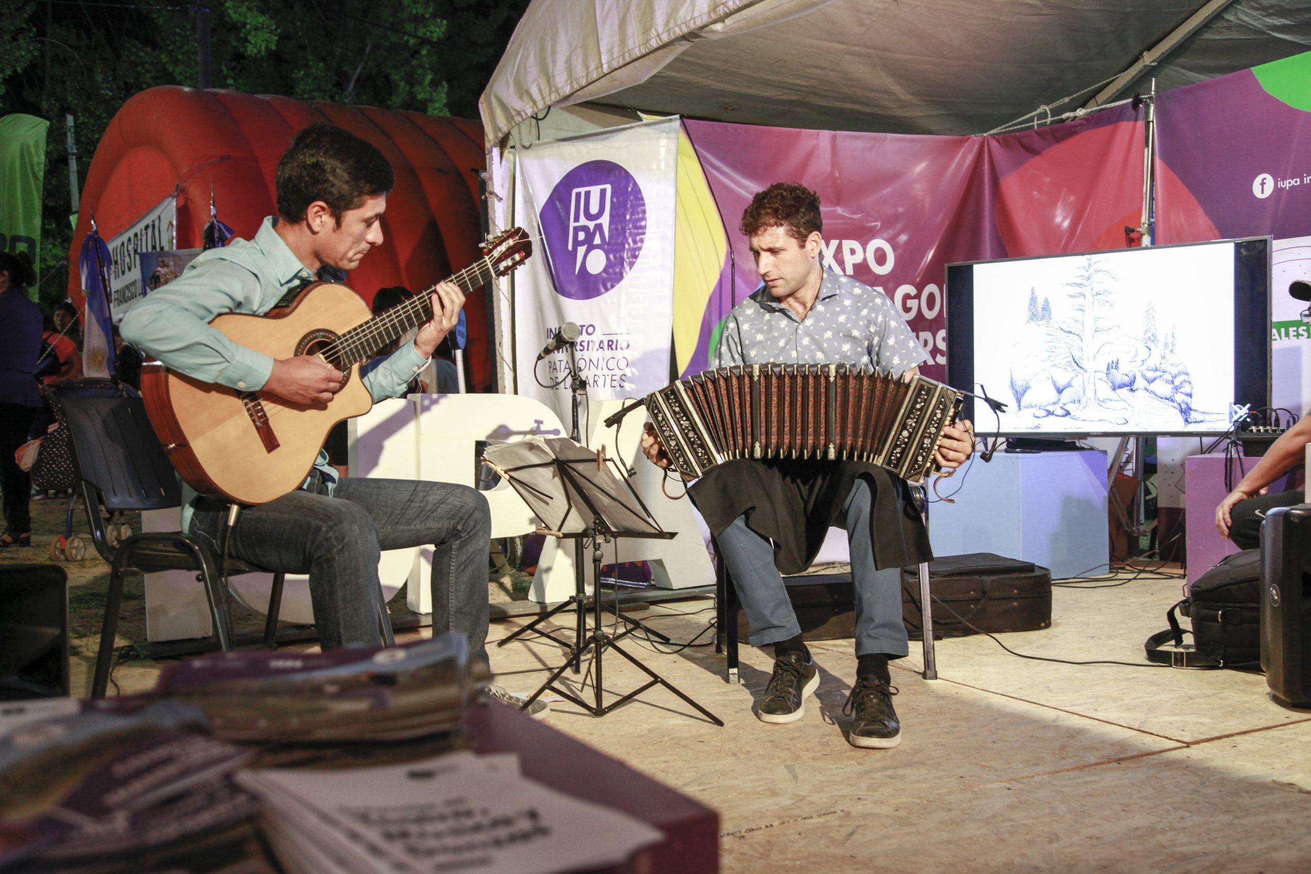 Dúo de Música Popular en la Fiesta de la Manzana