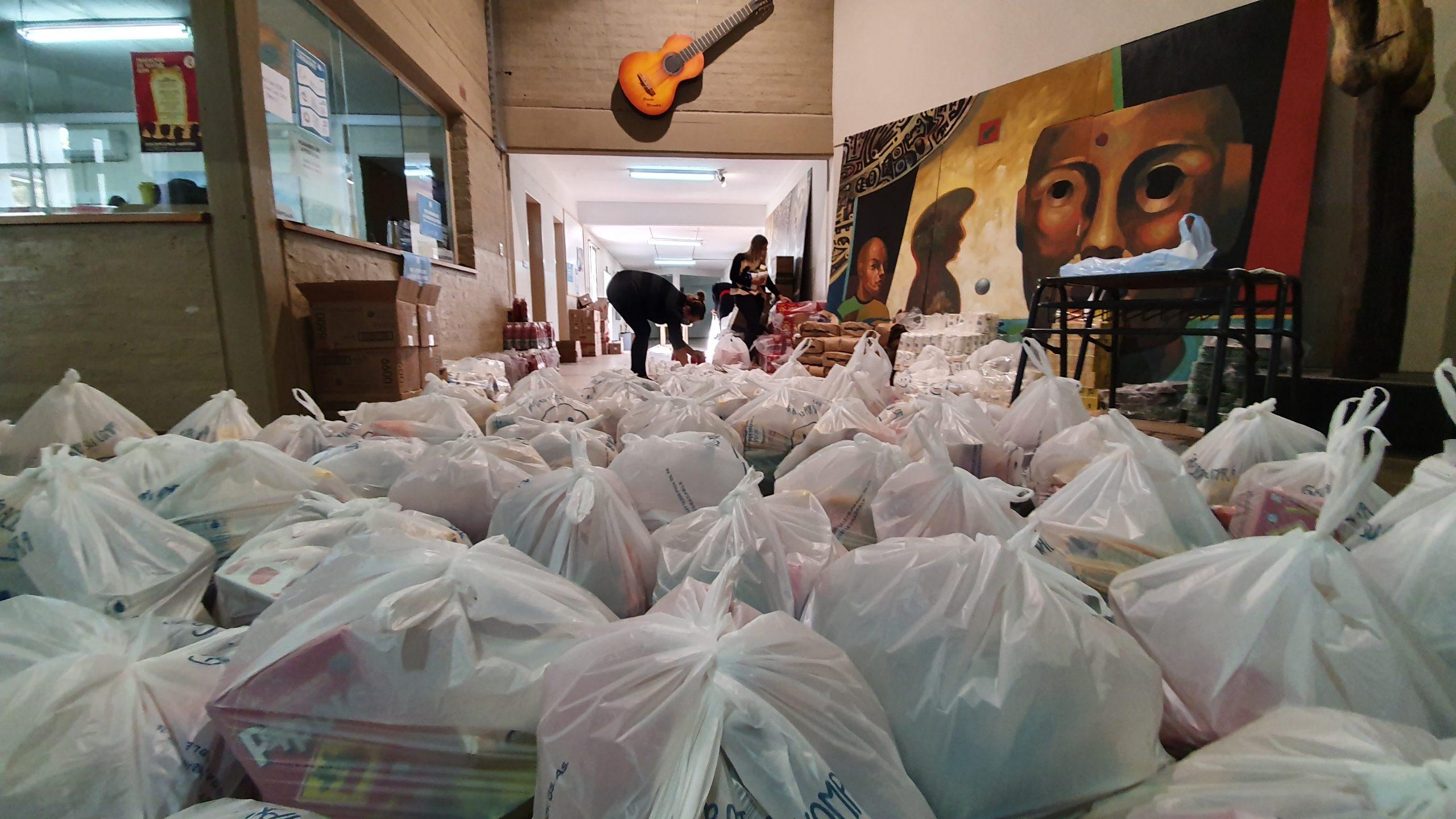 entrega de bolsones de comida a estudiantes