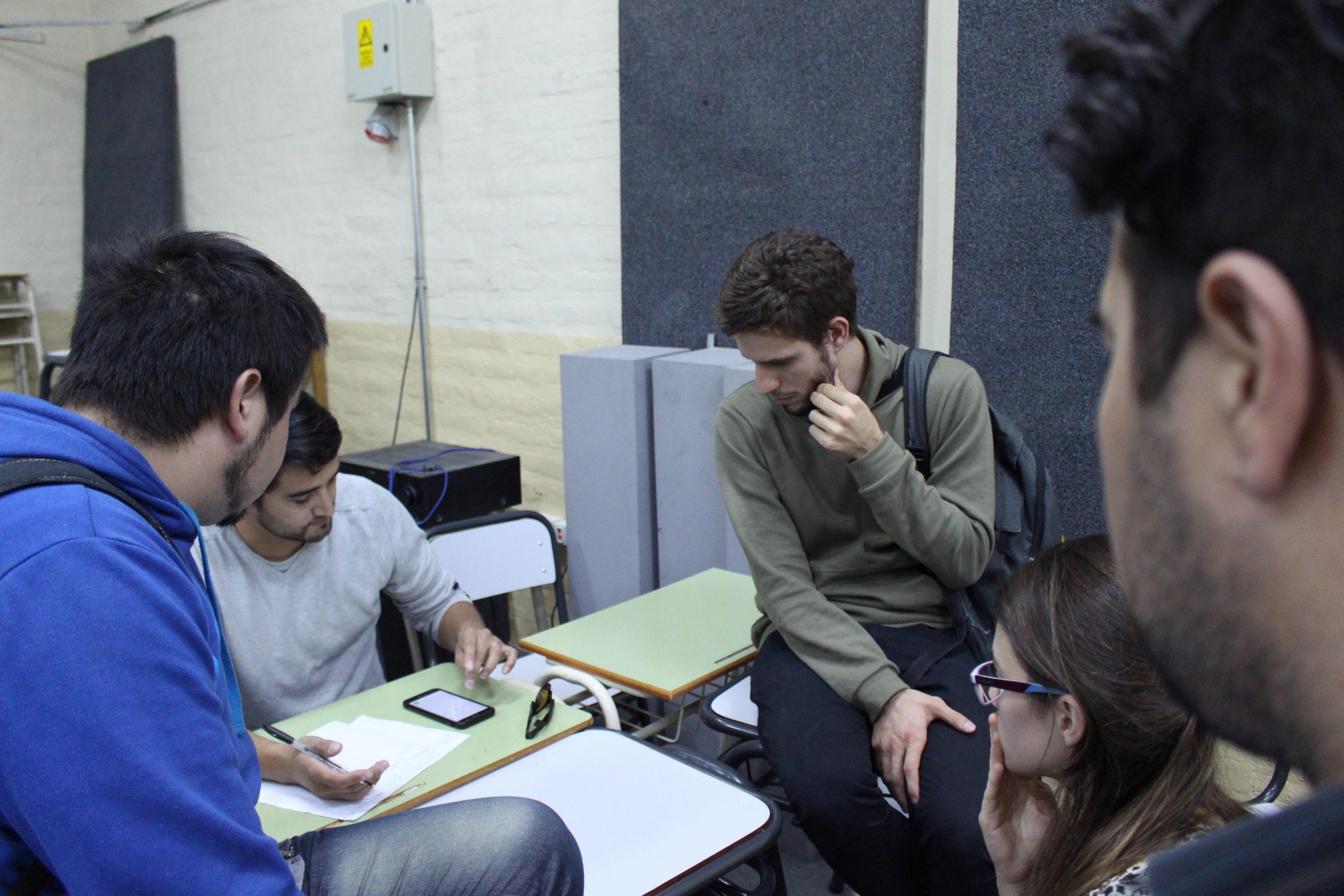 estudiantes junto a docente