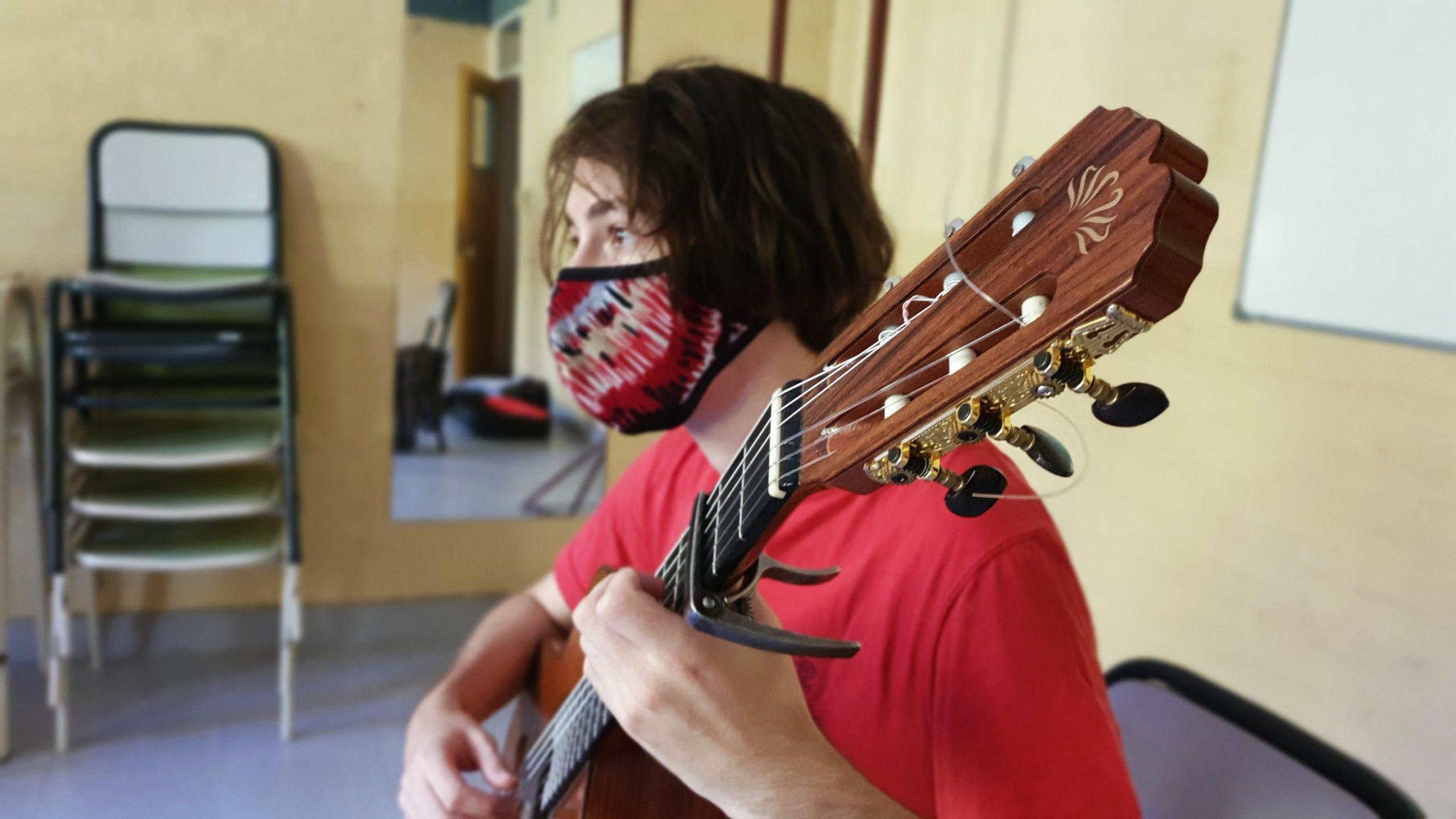 clase guitarra estudiante